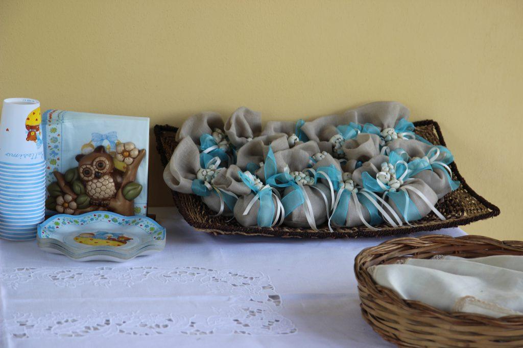 Sacchettini porta confetti realizzati con tessuto di lino, nastri di organza e raso e una piccola calamita ricordo a forma di orsacchiotto