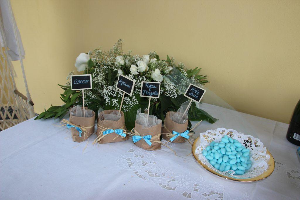 Degustazione di confetti contenuti in sacchetti fatti a mano con carta avana e nastri di raso